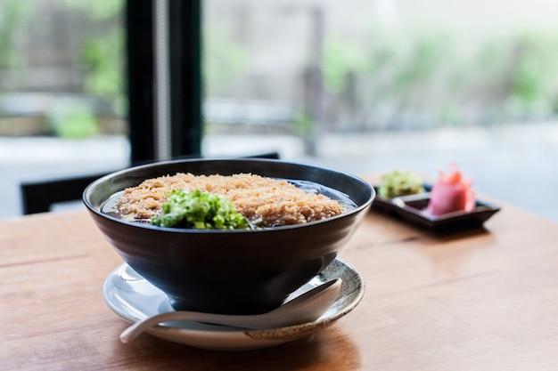 Gebakken varkensvlees met udon noodle japanse stijl in resturant van thailand