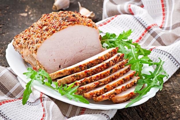 Gebakken varkensvlees versierd met rucola bladeren
