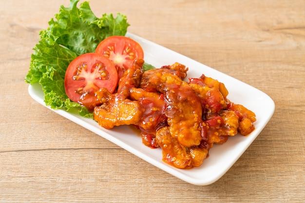 Gebakken vis belegd met 3 smaken (zoet, zuur, pikant) chilisaus