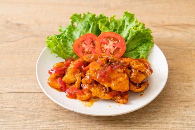 Gebakken vis belegd met 3 smaken (zoet, zuur, pittig) chilisaus