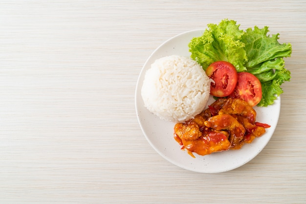 Gebakken vis gegarneerd met 3 smaken chilisaus met rijst op wit bord