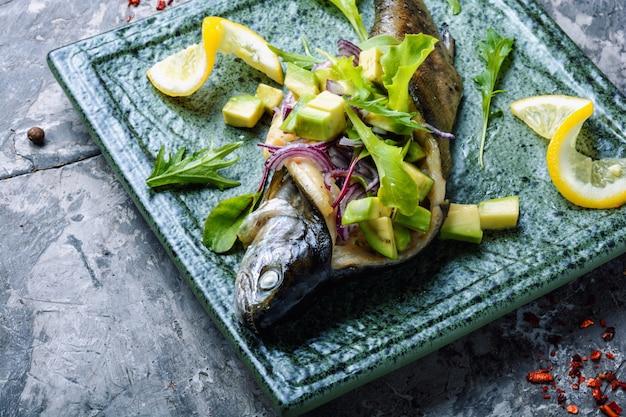 Gebakken vis met avocado