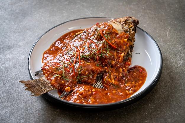 Gebakken vis met chilisaus