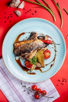 Gebakken vis met groenten en narsharab-saus