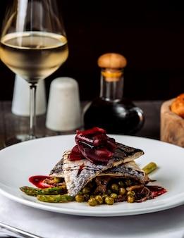 Gebakken vis met groenten en witte wijn