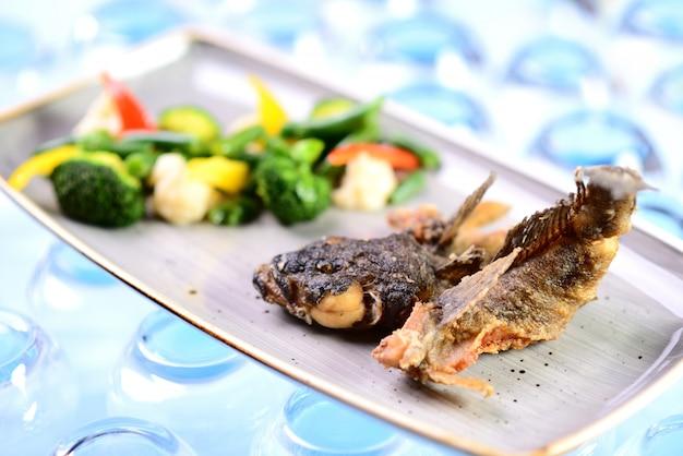 Gebakken vis met groenten. goby gebraad