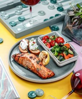 Gebakken vis met groenten in de plaat