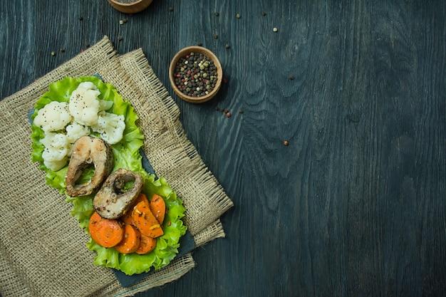 Gebakken vis met groenten. lasplaat. goede voeding. eco eten.