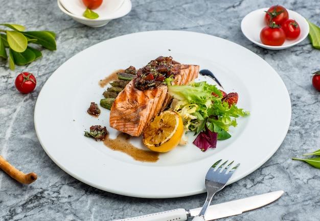 Gebakken vis met groenten op tafel