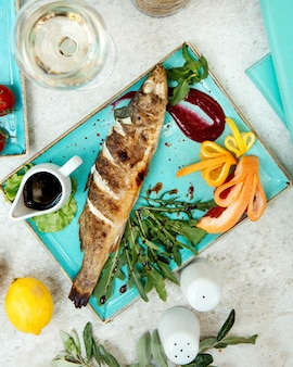 Gebakken vis met saus en kruiden