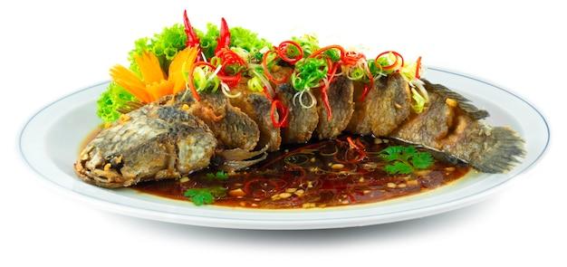 Gebakken vis met sojasaus gefrituurde snakehead vis chinees eten fusion stijl versieren gesneden chili en groente zijaanzicht