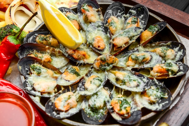 Gebakken vis, mosselen en garnalen met aardappelen