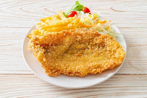 Gebakken visfilet en aardappelchips met minisalade