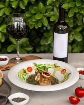Gebakken visfilet gegarneerd met saus en geserveerd met wijn