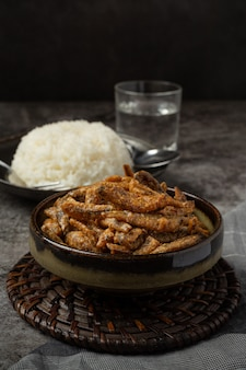Gebakken vissen met concept van saus het aziatische zeevruchten.