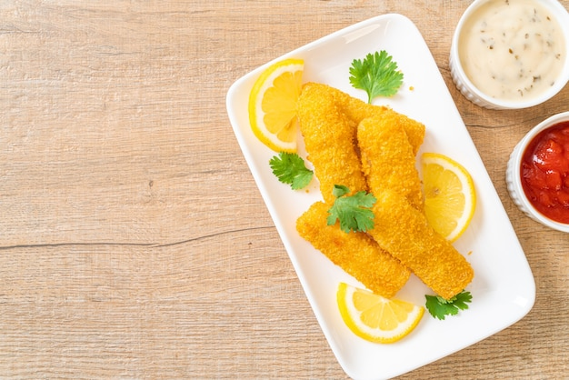 Gebakken visstick of frietjes vis met saus