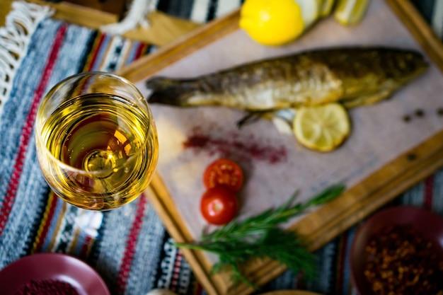 Gebakken viszeebaars met viskruiden, wijn en salade. gebakken zeevruchten in restaurant gezond eten