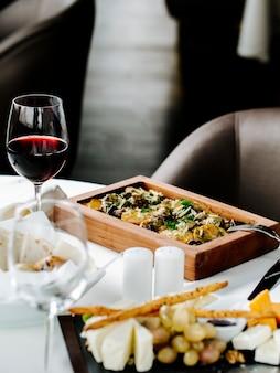 Gebakken vlees en aardappel met glas wijn