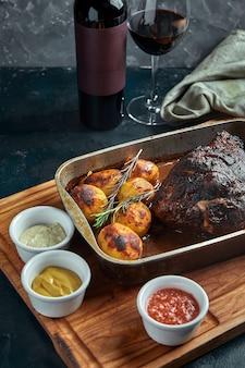 Gebakken vlees en aardappelen. een heerlijke en hartige maaltijd. een groot stuk vlees. gekookt warm eten.
