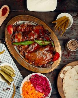 Gebakken vlees en peper gegarneerd met ketchup