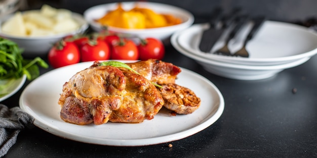 Gebakken vlees feestelijke tafel traktatie klaar om te eten op tafel