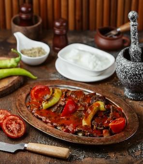 Gebakken vlees in een saus met groenten