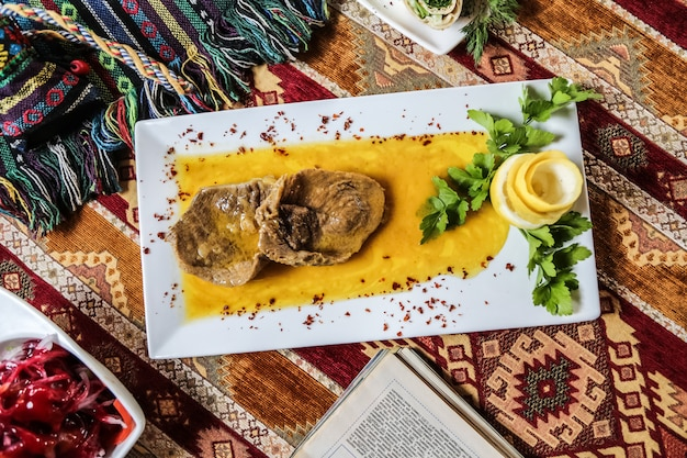 Gebakken vlees in saus, peterselie, sumakh en augurken