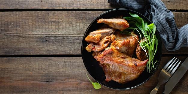 Gebakken vlees klaar om te eten op tafel