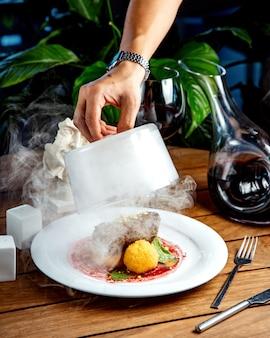 Gebakken vlees met aardappel ballen op tafel