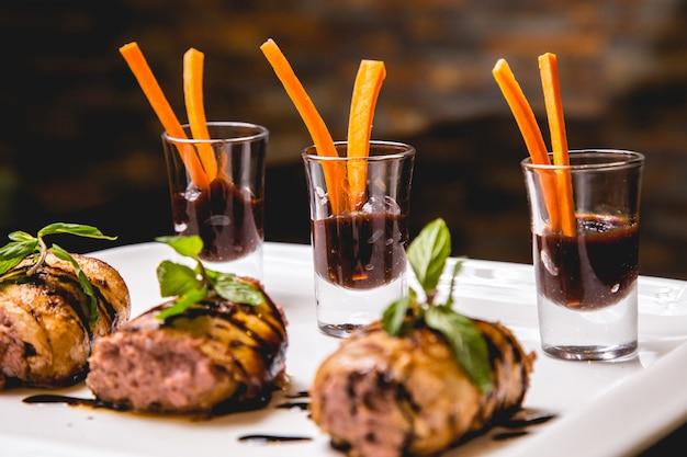 Gebakken vlees met aardappel en onin gemengd met greens zijaanzicht