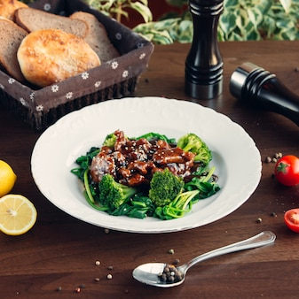 Gebakken vlees met greens onder saus