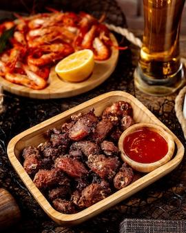 Gebakken vlees met ketchup en garnalen