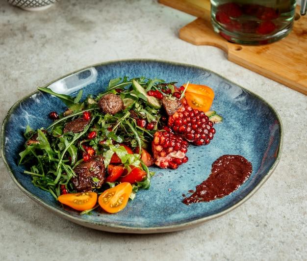 Gebakken vlees met kruiden en granaatappel