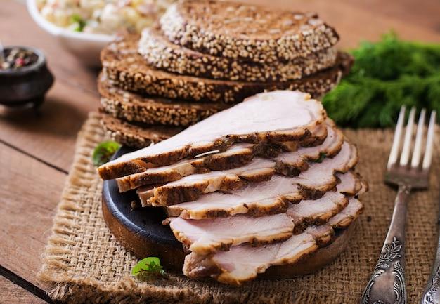Gebakken vlees met kruiden en knoflook op houten tafel