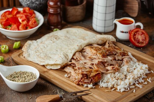 Gebakken vlees met rijst op een houten standaard