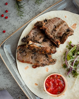 Gebakken vlees met uiengroen en saus