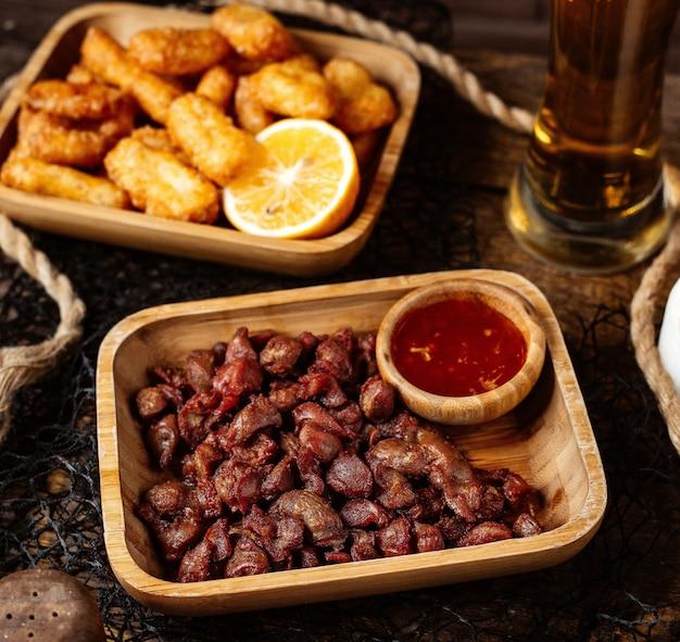 Gebakken vlees met zoete chili en pigtail kaas