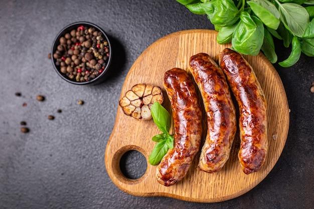 Gebakken worstjes vers varkensvlees rundvlees of lamsvlees vers portie kant-en-klaar maaltijd snack op tafel