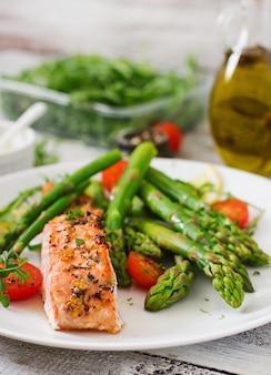 Gebakken zalm gegarneerd met asperges en tomaten met kruiden