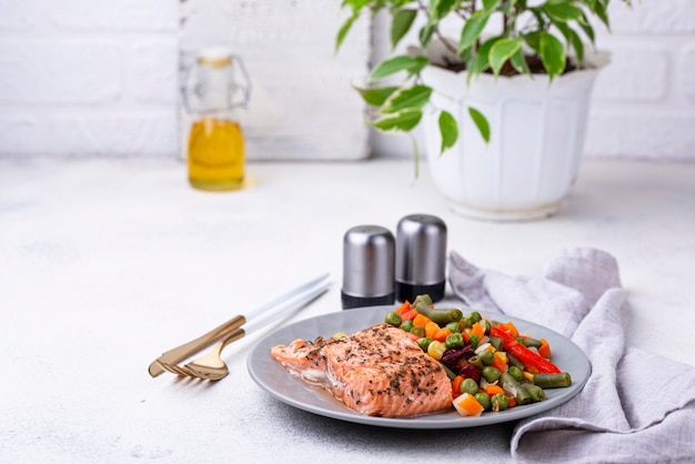 Gebakken zalm met gekookte groente