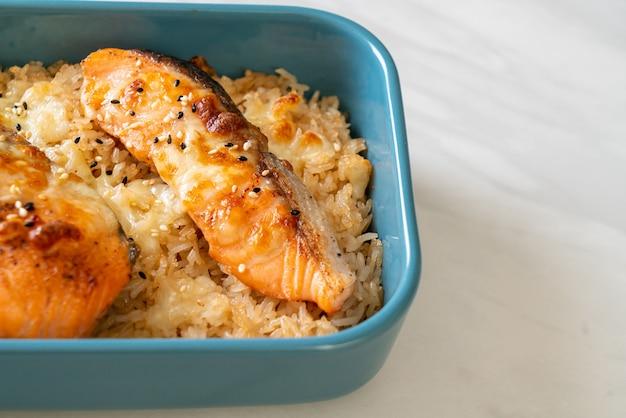 Gebakken zalm met kaas en pittige miso rijstkom