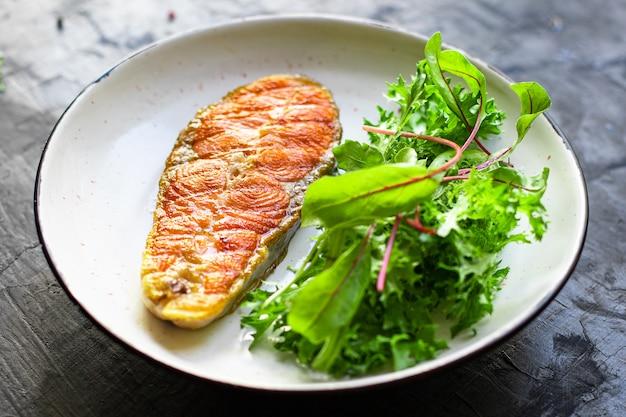 Gebakken zalm steak stuk filet vis zeevruchten