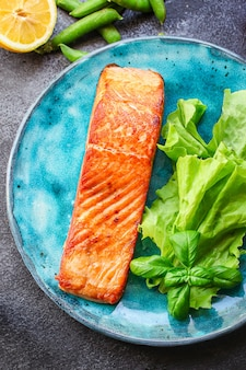 Gebakken zalm vis bbq grill zeevruchten portie maaltijd op tafel