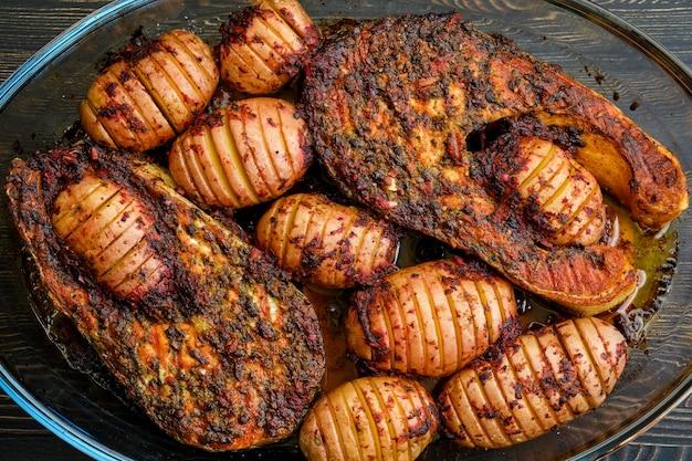 Gebakken zalmlapje vlees met hasselback-aardappelen