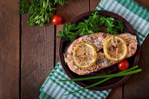 Gebakken zalmsteak met kruiden, citroen en salade