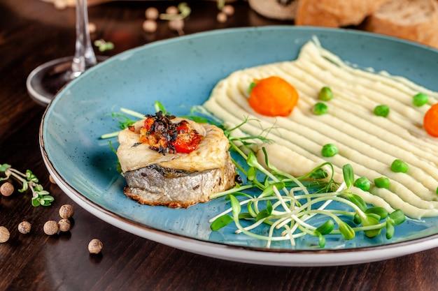 Gebakken zeebaarsvissen met groenten en aardappelpuree