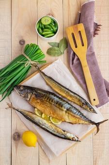 Gebakken zeevis (makreel, makreel) op houten achtergrond. het bovenaanzicht.