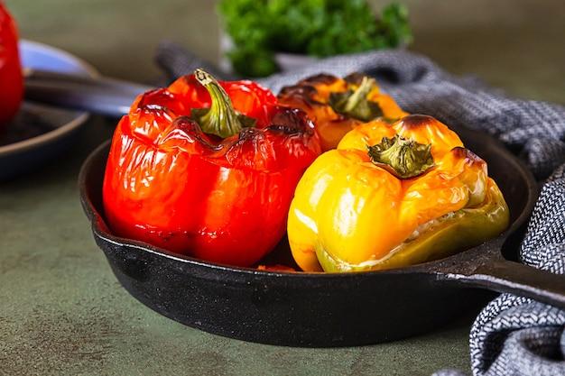 Gebakken zoete paprika gevuld met kip of kalkoen, maïs en kruiden in gietijzeren pan.