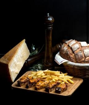 Gebakken zwart brood met uien en vlees gegarneerd met geraspte kaas
