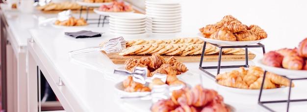 Gebakkoekjes en croissants, zoete desserts geserveerd bij liefdadigheidsevenementen, drankjes en menuconcept als vakantieachtergrondbanner voor luxe merkontwerp